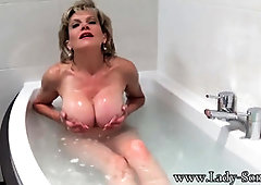 Chick Sonia takes a bathtub then gropes her coochie