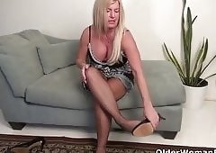 American milf Blake gives her shaven pussy a workout